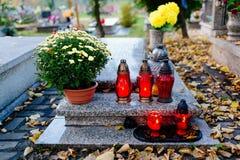 burning stearinljus kyrkogård Royaltyfri Foto