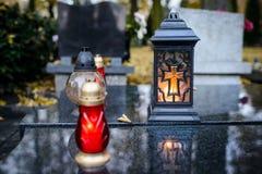 burning stearinljus kyrkogård Arkivfoton