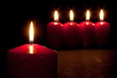 burning stearinljus mörkröd set Arkivfoto