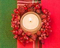 burning stearinljus som bakgrund är kan det använda julillustrationtemat Arkivfoton