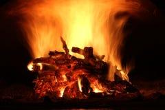 Burning trä i spisen Arkivbilder