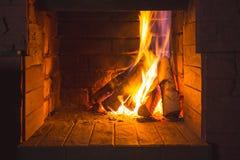 Burning trä i spisen Arkivfoto