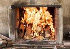 Burning trä i spisen Arkivbild