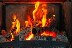 Burning trä i spisen Arkivfoton