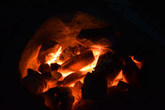 Burning tradicional del carbón de leña de la estufa Encienda el carbón de leña en la estufa para cocinar la comida o la barbacoa  Fotos de archivo libres de regalías