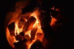 Burning tradicional del carbón de leña de la estufa Encienda el carbón de leña en la estufa para cocinar la comida o la barbacoa  Imagenes de archivo