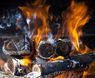 burning vedträ Arkivbild