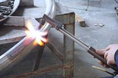 Burnning metallrör royaltyfria bilder
