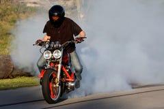 Burnout del cavaliere della motocicletta Immagine Stock