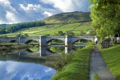 Burnsall och floden Wharfe royaltyfri fotografi