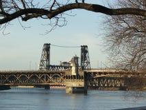 Burnside und Stahlbrücken über Willamette-Fluss in Portland Stockbild