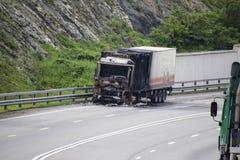Burnt ciężarówka na autostradzie Samochód po ogienia Obrazy Stock