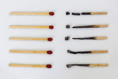 Burnt matchsticks i nowi matchsticks na białym tle Diffe Fotografia Stock