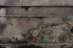 Burnt panwiowa laka barwi na ośniedziałej metal powierzchni, niedźwięczny bei Zdjęcie Royalty Free