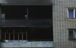 Burnt resztki okno po przypadkowego ogienia w domu obrazy stock