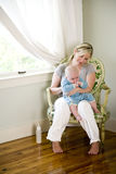 Burping μωρό μητέρων μετά από να ταΐσει με μπιμπερό στοκ φωτογραφίες με δικαίωμα ελεύθερης χρήσης