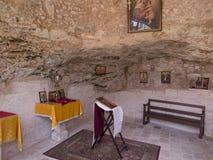 Burqin, PALESTINA - 11 de julio de 2015: Un fragmento del interior de una iglesia cristiana muy vieja en imágenes de archivo libres de regalías