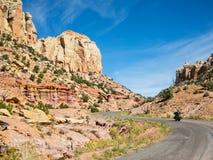 Burr Trail Road en una bici imágenes de archivo libres de regalías