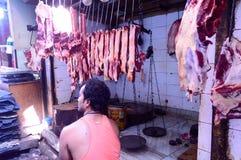 Burrabazar, Kolkata, India MAG, 2017: Een verkoper verkoopt vers ruw rood vlees Slagerij voor vertoning Burrabazar Bara Bazaar stock afbeeldingen