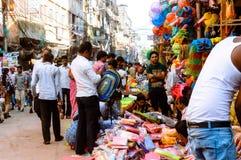 Burrabazar, Kolkata, la India MAYO DE 2017: Un vendedor está vendiendo artículos plásticos en el mercado callejero Burrabazar Bar fotos de archivo libres de regalías
