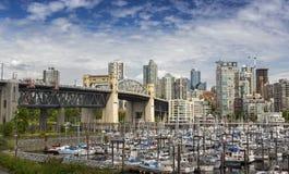Burrard桥梁和False Creek小游艇船坞在BC温哥华 免版税库存照片