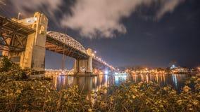Burrard-Brücke in der Nacht Lizenzfreie Stockbilder