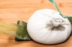 Burrata frischer italienischer Mozzarellakäse Lizenzfreie Stockfotografie