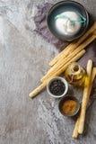 Burrata italiano tradizionale del formaggio, pane casalingo di grissini stic Fotografia Stock Libera da Diritti