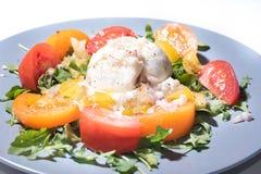 Burrata op een tomatensalade Royalty-vrije Stock Fotografie