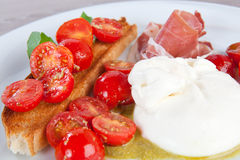 Burrata ost och körsbärsröda tomater med skinka Royaltyfri Bild
