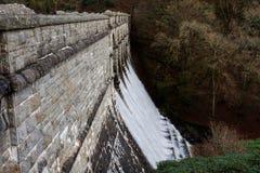 漫过水坝溢洪道, Burrator水库, Dartmoor的水 免版税库存图片