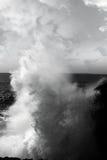burren klippor som kraschar den jätte- waven Arkivfoto