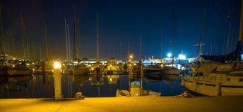 Burriana marina med fartyg reflekterade i havet arkivfoto