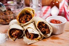Burrito auf hölzernem Brett lizenzfreies stockbild