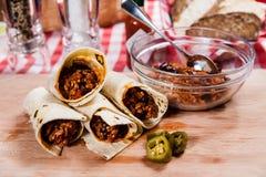 Burrito auf hölzernem Brett lizenzfreie stockfotos