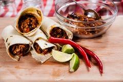 Burrito auf hölzernem Brett lizenzfreie stockbilder