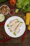 Burrito auf Platte auf Draufsicht des hölzernen Hintergrundes Stockbild