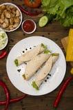 Burrito auf Platte mit Gemüse und Draufsicht des Pfeffers Lizenzfreie Stockbilder