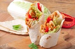Burrito avec le poulet, les haricots et les tomates images libres de droits