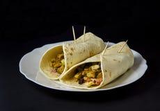 Burrito casalingo con il pollo e le verdure isolati sul nero fotografia stock