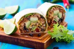 Burrito, comida mexicana, tortilla de la harina con el terraplén de chili con carne foto de archivo libre de regalías