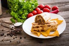 Burrito con i chip e le verdure fotografie stock