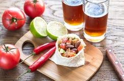 Burrito da galinha com vidros da cerveja Fotos de Stock Royalty Free