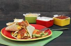 Burrito del desayuno con los huevos, el chorizo, el aguacate, el queso y la salsa fotografía de archivo libre de regalías
