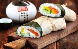 Burrito del sushi con los salmones, el pepino, la pimienta y el queso cremoso Fotos de archivo