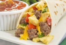 Burrito della prima colazione dell'uovo e della salsiccia Fotografie Stock