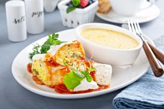 Burrito do ovo do café da manhã com grãos foto de stock royalty free