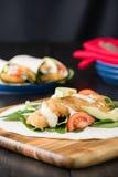 Burrito esmigalhado da faixa de peixes com abacate e tomate imagem de stock royalty free