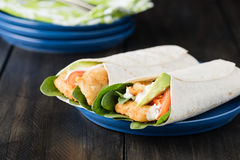 Burrito esmigalhado da faixa de peixes com abacate e tomate fotografia de stock