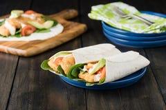 Burrito esmigalhado da faixa de peixes com abacate e tomate imagem de stock